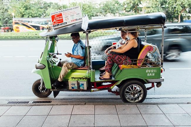 Phương tiện di chuyển cho du khách khi đi tour thái lan là tuktuk