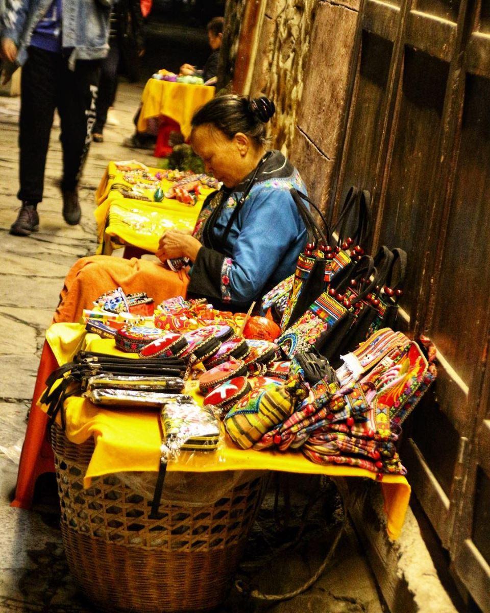 Đi tour du lịch Trung Quốc mua vải thổ cẩm