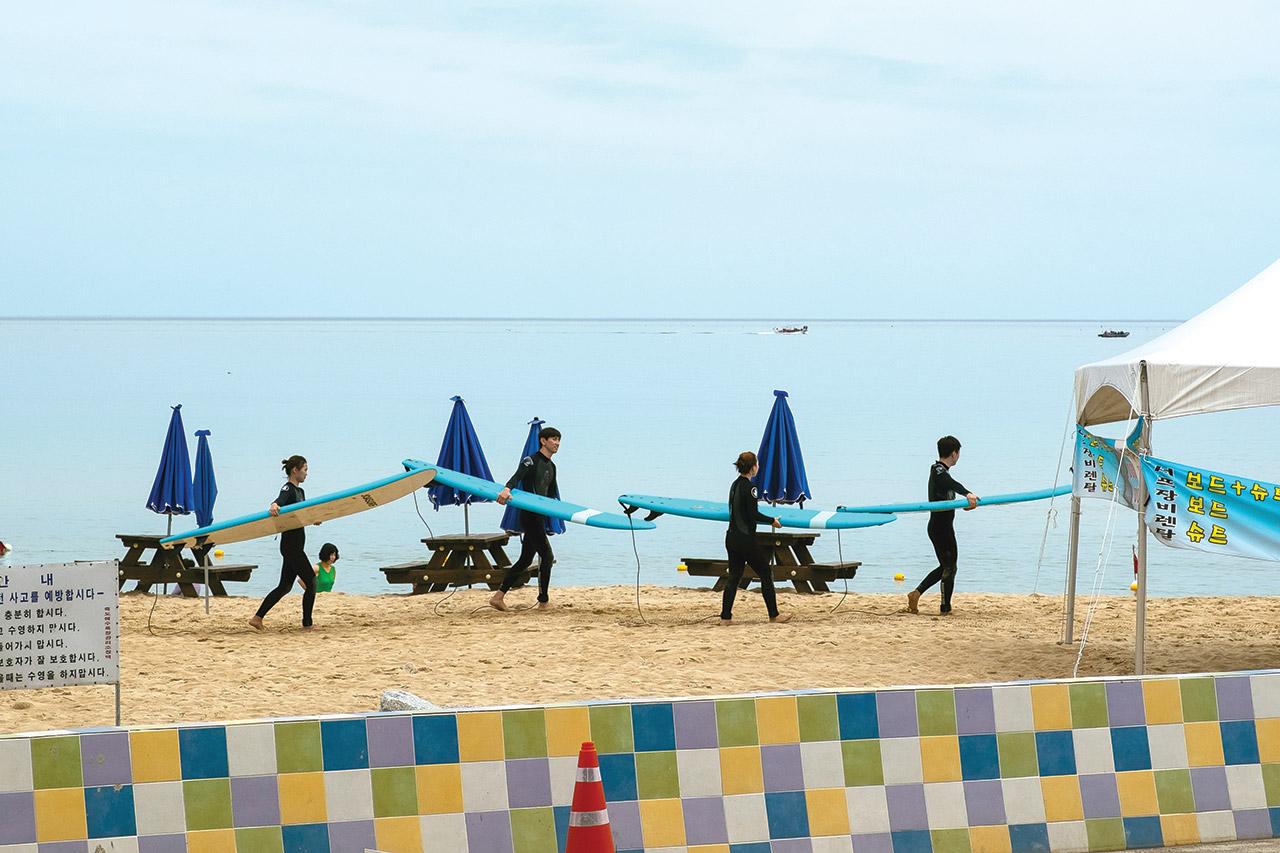 Bãi biển tập trung những tay lướt sóng cừ khôi Hàn QUốc